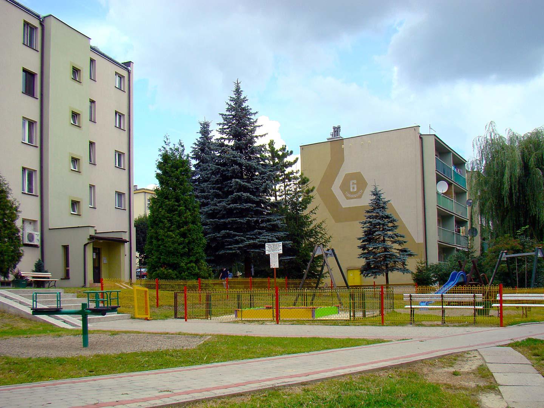 Blok przy ul. Tokarskich na os. w Jedliczu